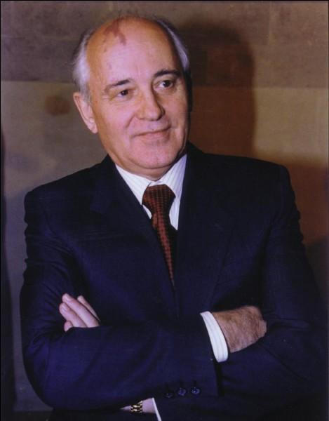 Comment se nommaient les principales réformes économiques et sociales sous Mikhaïl Gorbatchev ?