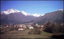 Nous terminons cette balade en région P.A.C.A., à Poligny. Vous voyez le village au fond de l'image avec derrière le massif du Vieux Chaillol. Nous sommes dans le département ...