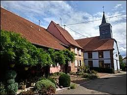 Commune du Grand-Est, dans le parc naturel régional des Vosges du Nord, Hinsbourg se situe dans le département ...