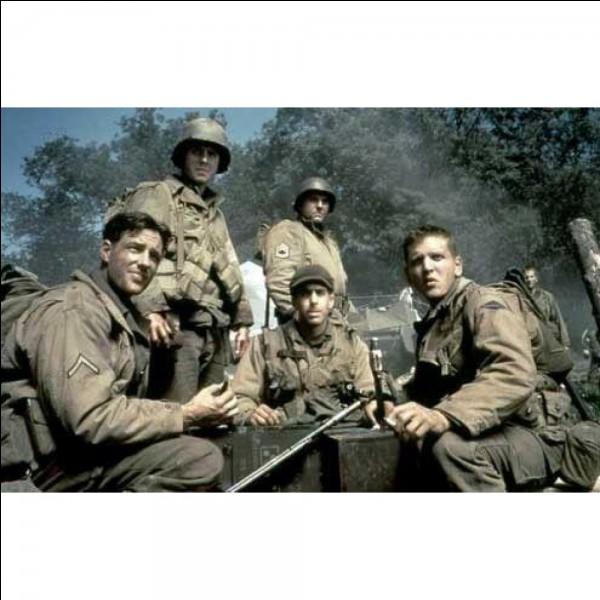 Ce film est un film de guerre américain réalisé par Steven Spielberg, sorti en 1998. Le film met en scène des soldats américains lors de la bataille de Normandie qui, après le débarquement, partent chercher un soldat dont les frères sont tous morts au combat. La reconstitution très réaliste du débarquement de Normandie est l'un des points forts du film.