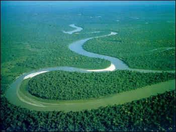 L'Amazone, fleuve d'Amérique du Sud, est par son débit le premier fleuve du monde. Quelle est sa longueur ?