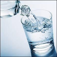 Le meilleur moyen de s'hydrater est de boire beaucoup d'eau au cours de la journée.