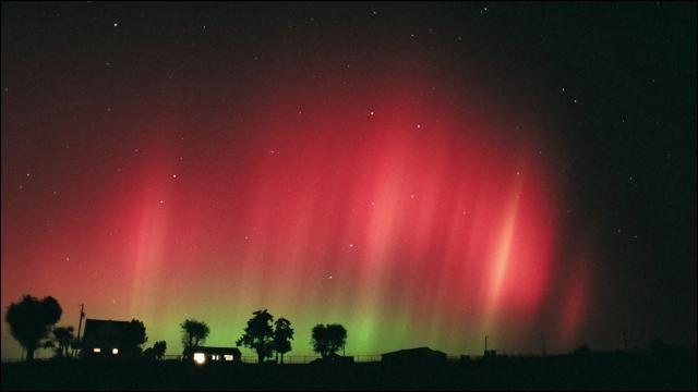 Phénomène lumineux et naturel qui se produit autour des pôles magnétiques, lorsqu'en provenance du soleil des nuages de matières chargées en énergie rencontrent l'atmosphère terrestre après avoir été repoussés par le champ magnétique (magnétosphère) qui protège la terre.
