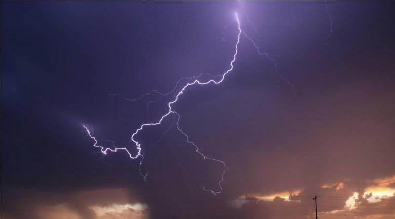 Phénomène naturel de décharge électrostatique disruptive qui peut se produire lorsqu'une grande quantité d'électricité statique s'est accumulée dans des zones de nuages d'orage, dans ces nuages, entre eux ou entre de tels nuages et le sol.