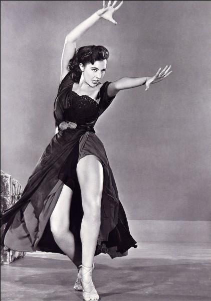 """Danseuse et actrice, vedette des célèbres comédies musicales américaines """"Tous en scène"""" et """"Chantons sous la pluie"""", c'est ... Charisse."""