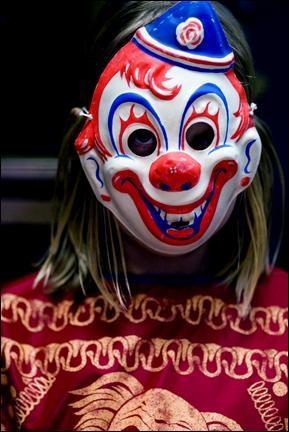 Derrière ce masque se cache le jeune: