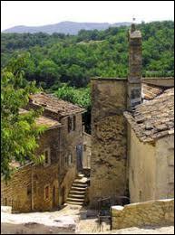Nous sommes en région P.A.C.A., à Buoux. Petit village de 70 habitants, dans l'arrondissement d'Apt, il se situe dans le département ..