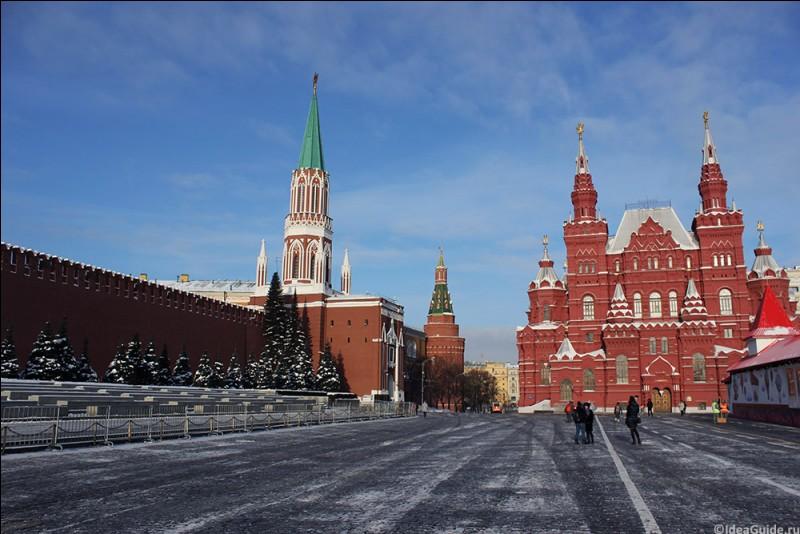 Dans quelle capitale peut-on se promener sur la place Rouge ?