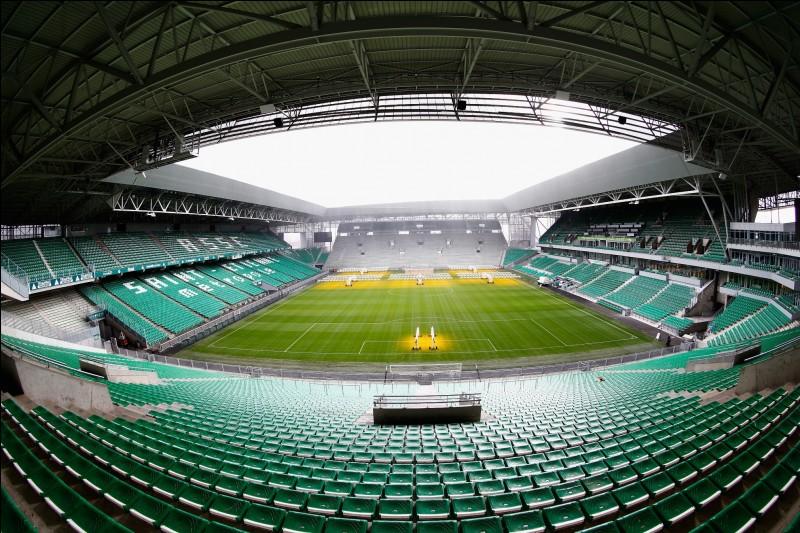 """Quelle équipe de football joue dans ce stade surnommé ''Le Chaudron vert"""" ?"""
