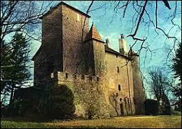 Je vous propose de partir en Auvergne-Rhône-Alpes à la découverte du château de Charmes-sur-l'Herbasse. Commune natale du facteur Cheval, dans l'arrondissement de Valence, elle se situe dans le département ...
