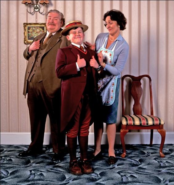 L'oncle et la tante Dursley maltraitent Harry Potter à longueur de journée.