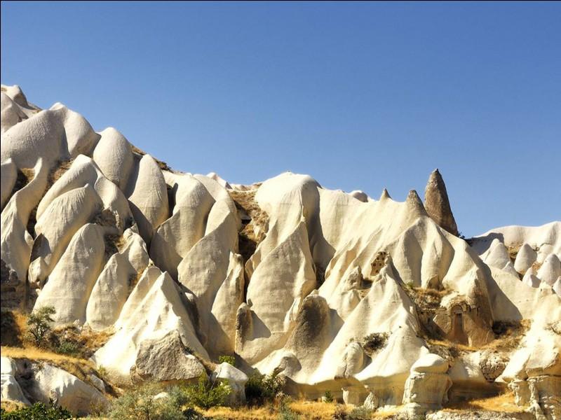 Dans quel pays peut-on admirer la Cappadoce, région historique percée de cavernes et de tunnels formés par l'érosion ?