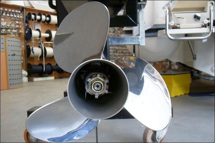 Quel outil est utilisé pour mesurer les angles des pales d'hélice d'un bateau ?
