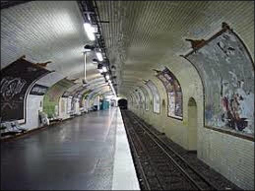 Station des lignes 8 et 9, ''Bonne-Nouvelle'' fut mise en service le 5 mai 1931 pour la ligne 8 et le 10 décembre 1933 concernant la ligne 9. Elle doit son nom à l'implantation du boulevard qui se situe au-dessus et à un monument religieux, lequel ?