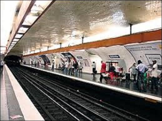 Ouverte en 1903 sur la ligne 2, ''Belleville'' doit son nom à son implantation au croisement de la rue de Belleville et du Boulevard Belleville. Le 28 avril 1935, la ligne 11 ouvre et vient se greffer à cette dernière. En 2015, le Conseil de Paris l'a rebaptisée ''Belleville-Commune de Paris 1871''. Quel homme politique était le chef du pouvoir exécutif, après la défaite de la France en 1871 ?