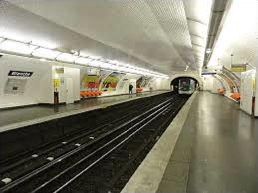 Station de la ligne 2, ''Blanche'' ouvrit ses portes le 21 octobre 1902. Devant son nom à la place Blanche, sous laquelle elle est implantée, elle le doit aussi au nom de la rue qui descend vers le sud. Pourquoi cette artère se prénomme-t-elle comme cela ?