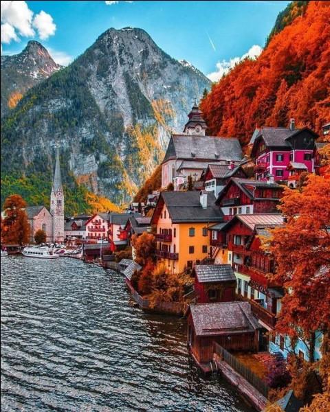 Et pourquoi ne pas choisir un séjour loin de la canicule, dans un village des Alpes ? Je vous propose Hallstatt...
