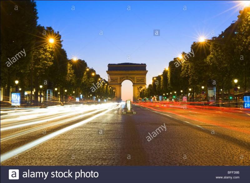 Quel célèbre restaurant de luxe est sur les Champs Élysées ?