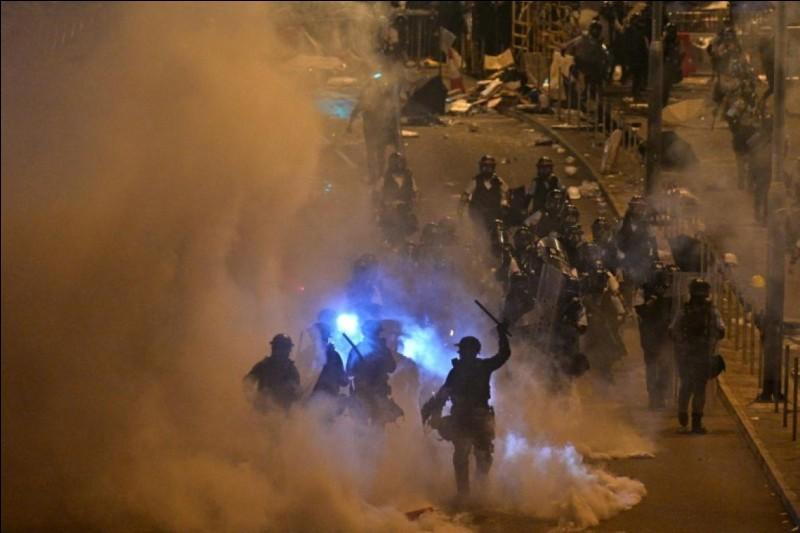 Lundi, de violents affrontements ont eu lieu en Asie, les manifestants ont envahi leur parlement. De quel pays exprimaient-ils la haine ?