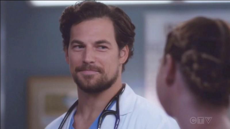 Lorsqu'ils sont coincés dans l'ascenseur, Meredith avoue à Andrew qu'elle a des notions d'italien. Pourquoi ?