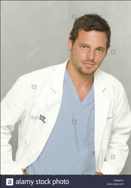 Dans la saison 3, Alex s'occupe d'une jeune patiente qui déclare ne pas ressentir la douleur. Quel test lui fait-il passer ?