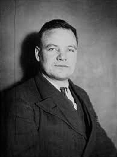Maurice Thorez est un politicien né à Noyelles-Godault, dans le Pas-de-Calais, le 28 avril 1900. Occupant les postes de député, ministre d'État et vice-président du Conseil des ministres du 22 janvier au 4 mai 1947, il sera du 18 juillet 1930 à sa mort (d'une crise cardiaque le 17 mai 1964) le premier secrétaire général d'un parti politique. Lequel ?
