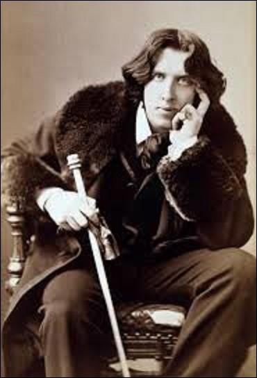 Oscar Wilde est un écrivain, romancier, dramaturge, et poète irlandais, né à Dublin le 16 octobre 1854. On lui doit notamment des ouvrages comme ''L'Importance d'être Constant'' en 1895, ''Le Portrait de Dorian Gray'' en 1890, ou ''Le Fantôme de Canterville'' en 1887. Faisant scandale en assumant son homosexualité, à quelle peine fut-il condamné pour ''grave immoralité'' après 3 procès en 1895 ?