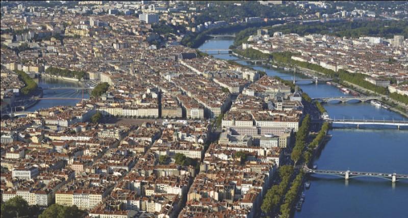 """Quelle ville est surnommée """"'La capitale des Gaules'' ?"""