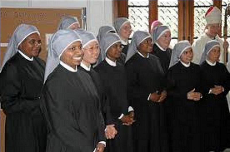 """À qui se consacre essentiellement la congrégation des """"Petites Soeurs des pauvres"""" ?"""