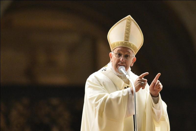 En quelle couleur s'habille généralement le pape ?