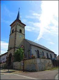 Nous sommes dans l'ancienne région Lorraine devant l'église Saint-Maurice de Guerstling. Nous nous trouvons dans le département ...