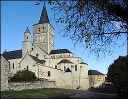 Nous sommes devant la collégiale Saint-Georges de Faye-la-Vineuse. Commune Tourangelle, elle se situe en région ...