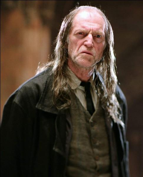 Comment sont appelées les personnes nées de sorciers mais sans pouvoir magiques (comme Rusard) ?