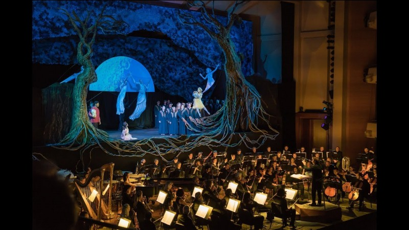 """Dans le ballet """"Le sacre du printemps"""" de Stravinsky, de combien de parties l'oeuvre musicale est-elle composée et comment se nomme la première ?"""