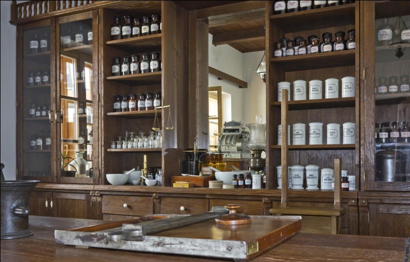 Quel adjectif NE convient PAS pour désigner une herbe utilisée en pharmacie pour la préparation de médicaments ?