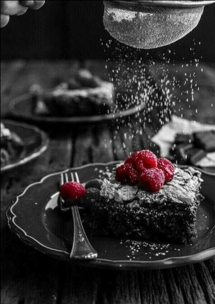 """Quel fruit est indispensable à la décoration du gâteau nommé """"Forêt noire"""" ?"""