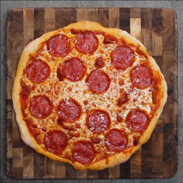 Tu vois une pizza sur une table du restaurant. Que fais-tu ?