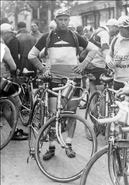 Second vainqueur luxembourgeois, après François Faber en 1909, il gagne le Tour de France en 1927 et en 1928. Il est le premier à avoir porté le maillot jaune du début à la fin de la course, en 1928. Il s'agit de ...