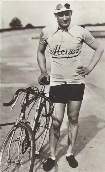 C'est l'un des sportifs français populaires de l'époque : double vainqueur du Tour, en 1930 et 1932, il a remporté 25 victoires d'étape. C'est ...