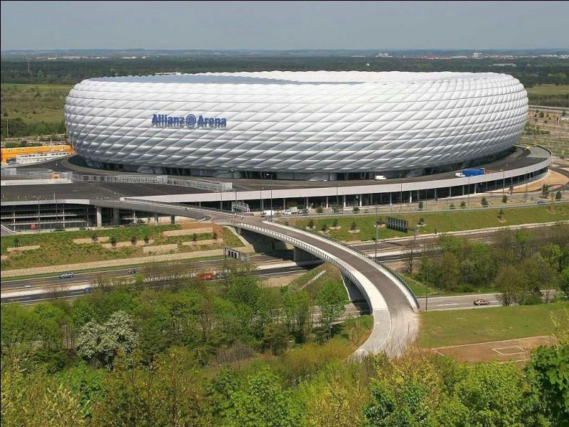 L'Allianz Arena est le stade de/du