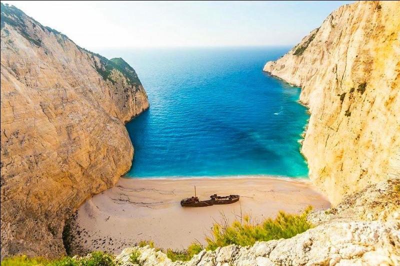 Il s'agit d'une des plages les plus célèbres de Grèce, pour son rivage et son eau claire. On trouve cette épave sur la rive nord-ouest de Zakynthos : c'est depuis octobre 1980 que le navire y a élu domicile, il est presque devenu une attraction touristique.Pouvez-vous situer cet endroit de rêve et nommer le bateau qui y repose ?