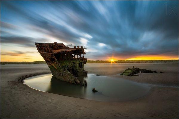 Ce navire s'est ici échoué en 1974 : il est resté sur la plage de sable fin depuis mais avouons qu'il perd beaucoup de sa forme et que les sections restantes ont été déchirées et tordues. Le site semble tranquille mais soyez prudents, la marée monte loin. D'après les photos que j'ai vu de 2018, bientôt vous ne le verrez plus : alors quel serait son nom et où peut-on trouver cette épave ?
