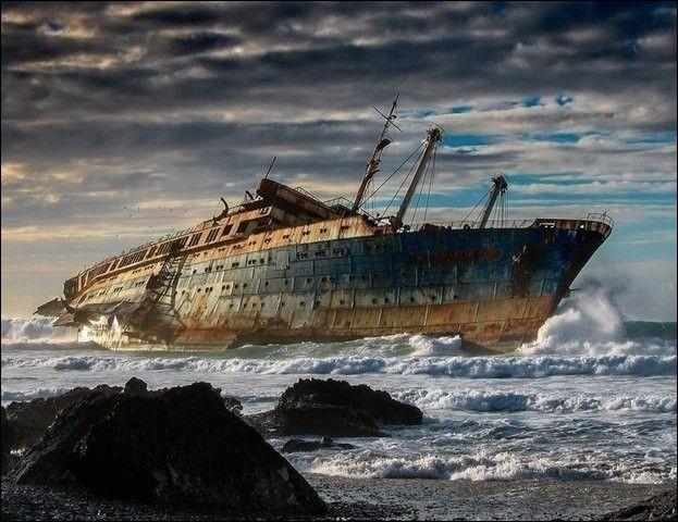 En 1994, il était remorqué au large des Canaries lorsque les câbles ont cédé : il est allé s'échouer et avec des vagues jusqu'à 10 m, l'épave se rompit à son endroit le moins solide, au niveau des ascenseurs et de la cage d'escalier, derrière la cheminée.Nommez et situez ce navire où plusieurs victimes ont payé de leur vie l'envie de visiter cet ancien paquebot transatlantique :