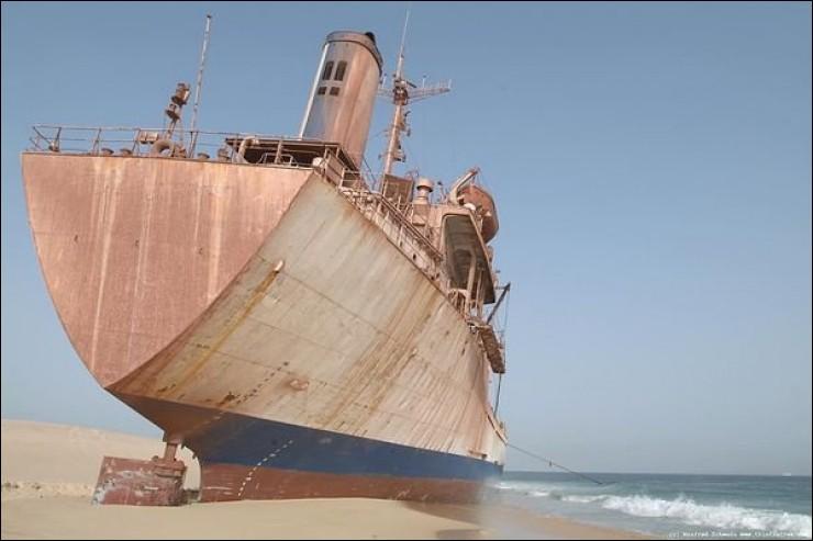 Vous voyez ici un navire frigorifique anciennement appelé Iglo Express, bâti en 1970, long de 118.22m par 15.83m de large : il s'est échoué depuis le 4 août 2003 au Ras Nouadhibou : l'équipage de 17 marins a heureusement été sauvé par l'armée nationale.Vous devez trouver le nom actuel de ce navire et l'endroit où il s'est échoué :