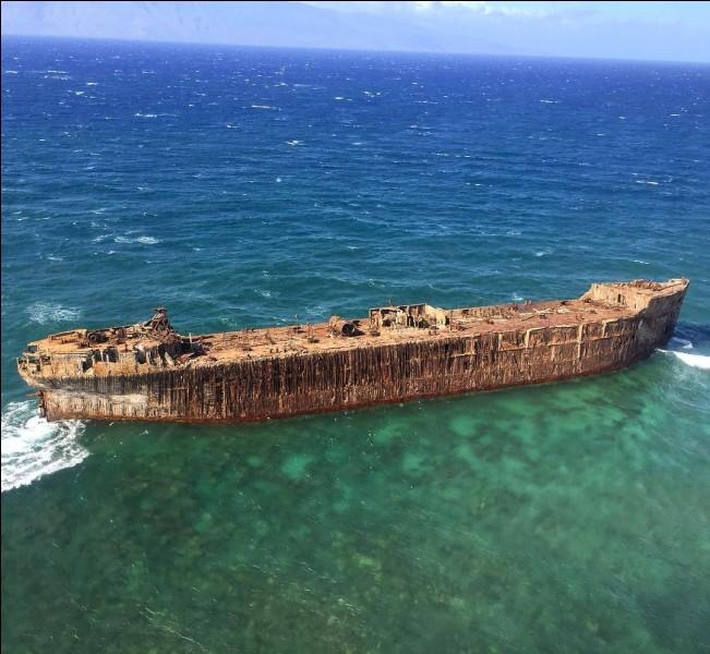 La rive nord de l'île de Lanai, à Hawaï, est aussi appelée ''Shipwreck Beach'' répertoriant plus qu'une douzaine d'épaves de navires. Il semblerait que certains aient été volontairement abandonnés. C'est le cas de celui-ci de 115 m, qui est de 1943 et échoué depuis 1949. Nommez cette plage de 9km et trouvez le nom de cette épave :