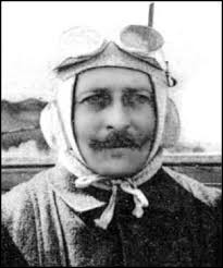 Charles-Louis Van Den Born, né à Liège en 1874 et décédé à Saint-Germain-en-Laye en 1958, était un champion cycliste et un pionnier de l'aviation. Qu'a-t-il été le premier à réaliser en 1910 ?