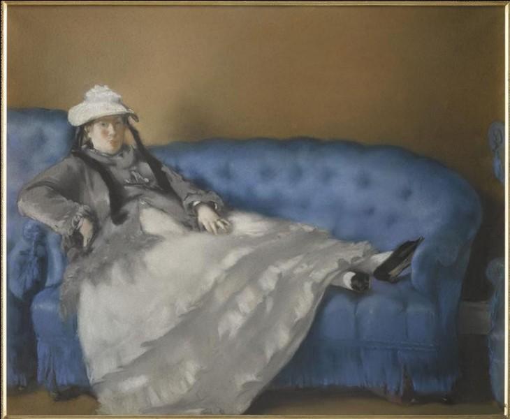 Qui a réalisé le portrait de cette dame sur un canapé bleu ?