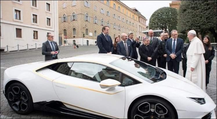 Voiture offerte au pape François par Lamborghini en 2018. Que fait-il ?