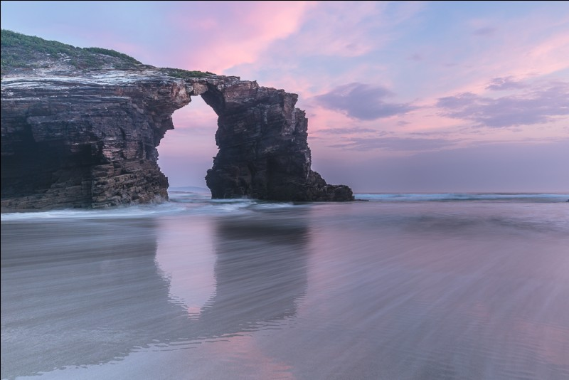 """Où se situe la plage nommée """"Playa de las catedrales"""" ?"""