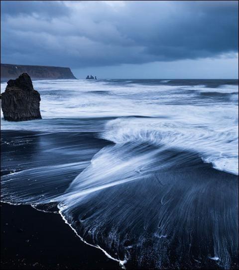 Et enfin, pour le plaisir des yeux voici la plage de Vik en Islande. Quelle est sa particularité ?